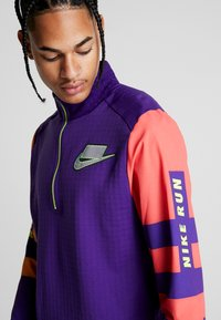 Nike Performance - WILD RUN MIDLAYER - Camiseta de deporte - court purple/kumquat/reflective silver - 8