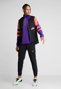 Nike Performance - WILD RUN MIDLAYER - Camiseta de deporte - court purple/kumquat/reflective silver - 1