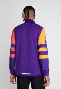 Nike Performance - WILD RUN MIDLAYER - Camiseta de deporte - court purple/kumquat/reflective silver - 2