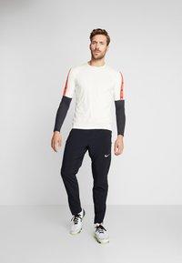 Nike Performance - WILD RUN - Funkční triko - pale ivory/off noir/black - 1