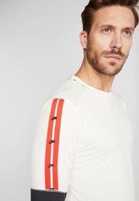 Nike Performance - WILD RUN - Funkční triko - pale ivory/off noir/black - 3