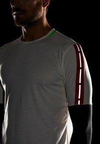 Nike Performance - WILD RUN - Funkční triko - pale ivory/off noir/black - 4