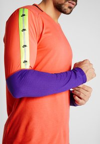Nike Performance - WILD RUN - Camiseta de deporte - ember glow/court purple/black - 3