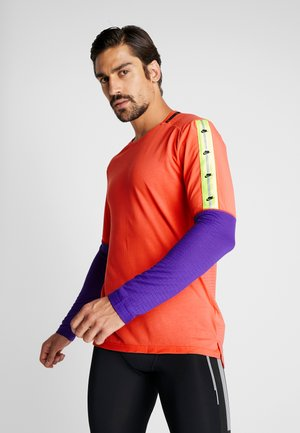 WILD RUN - Camiseta de deporte - ember glow/court purple/black