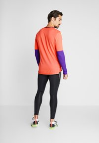 Nike Performance - WILD RUN - Camiseta de deporte - ember glow/court purple/black - 2