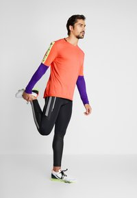 Nike Performance - WILD RUN - Camiseta de deporte - ember glow/court purple/black - 1
