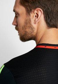 Nike Performance - WILD RUN - T-shirt de sport - black/off noir - 3