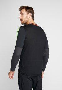 Nike Performance - WILD RUN - T-shirt de sport - black/off noir - 2