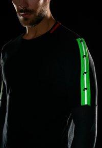 Nike Performance - WILD RUN - T-shirt de sport - black/off noir - 4
