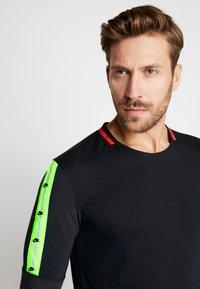 Nike Performance - WILD RUN - T-shirt de sport - black/off noir - 6