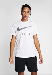 Nike Performance - DRY TEE - T-shirt med print - white - 0