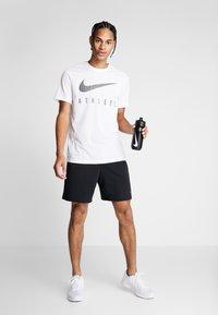 Nike Performance - DRY TEE - T-shirt med print - white - 1