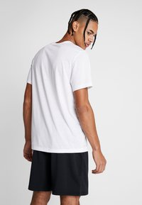 Nike Performance - DRY TEE - T-shirt med print - white - 2