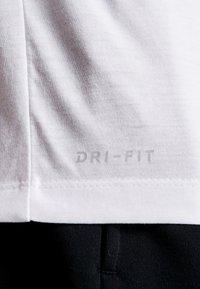 Nike Performance - DRY TEE - T-shirt med print - white - 5