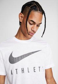 Nike Performance - DRY TEE - T-shirt med print - white - 3