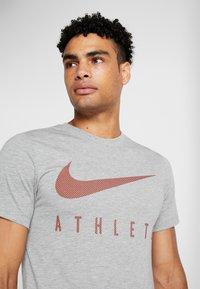 Nike Performance - DRY TEE - Print T-shirt - dark grey heather - 4