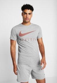 Nike Performance - DRY TEE - Print T-shirt - dark grey heather - 0