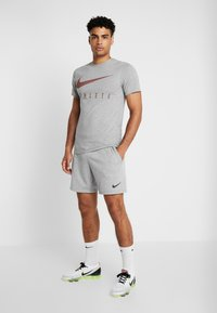 Nike Performance - DRY TEE - T-shirt print - dark grey heather - 1