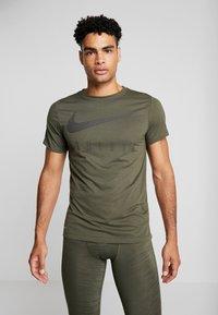 Nike Performance - DRY TEE - T-shirt med print - cargo khaki - 0