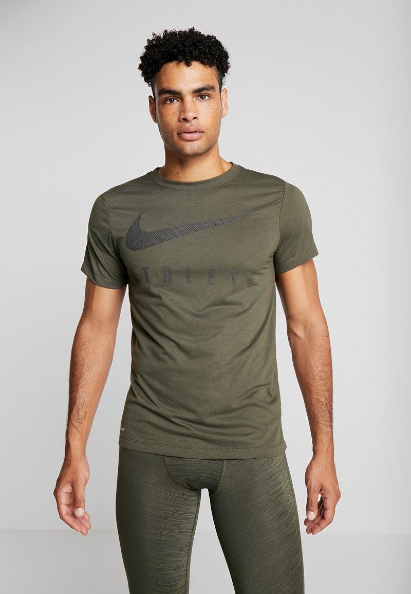 Nike Performance - DRY TEE - T-shirt med print - cargo khaki