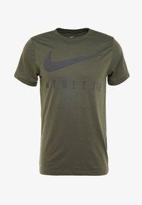 Nike Performance - DRY TEE - T-shirt med print - cargo khaki - 3