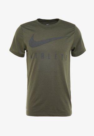 DRY TEE - Camiseta estampada - cargo khaki