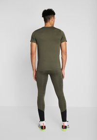 Nike Performance - DRY TEE - T-shirt med print - cargo khaki - 2