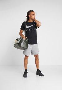 Nike Performance - DRY TEE - T-shirt med print - black - 1