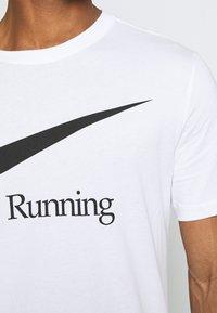 Nike Performance - DRY RUN  - Camiseta estampada - white - 4