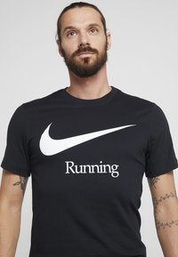 Nike Performance - DRY RUN  - T-shirts med print - black/white - 4