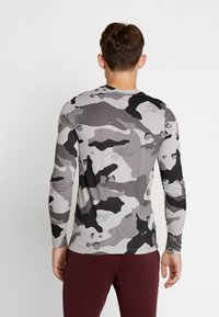 Nike Performance - DRY CAMO - T-shirt de sport - smoke grey - 2