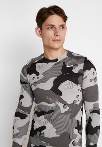 Nike Performance - DRY CAMO - T-shirt de sport - smoke grey - 3