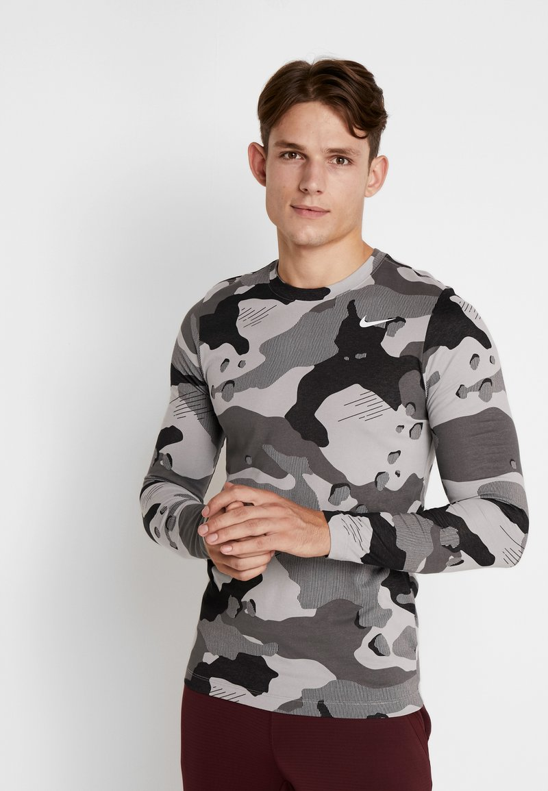 Nike Performance - DRY CAMO - T-shirt de sport - smoke grey