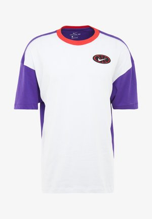 THROWBACK TEE - Printtipaita - white/court purple/university red