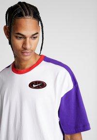 Nike Performance - THROWBACK TEE - Camiseta estampada - white/court purple/university red - 4