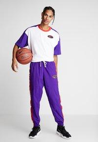 Nike Performance - THROWBACK TEE - Camiseta estampada - white/court purple/university red - 1