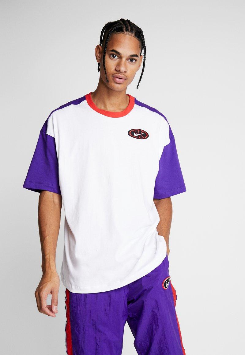 Nike Performance - THROWBACK TEE - Camiseta estampada - white/court purple/university red