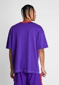 Nike Performance - THROWBACK TEE - Camiseta estampada - white/court purple/university red - 2