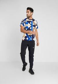Nike Performance - DRY TEE - T-shirt imprimé - obsidian/game royal/beechtree - 1