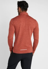 Nike Performance - M NK SPHR ELMNT  - T-shirt sportiva - cinnamon/heather/silver - 2