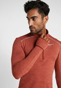 Nike Performance - M NK SPHR ELMNT  - Camiseta de deporte - cinnamon/heather/silver - 5