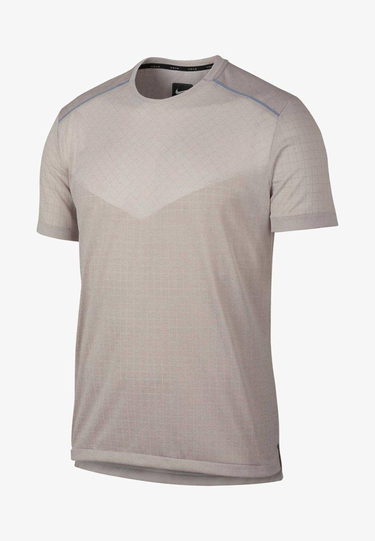 Nike Performance - TECH PACK - T-Shirt print - light brown