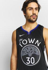Nike Performance - NBA CITY EDITION GOLDEN STATE WARRIORS STEPH CURRY SWINGMAN - Artykuły klubowe - black/dark steel grey/rush blue/white - 3