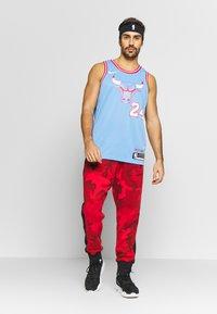 Nike Performance - NBA CITY EDITION CHICAGO BULLS LAURI MARKKANEN SWINGMAN - Artykuły klubowe - valor blue - 1
