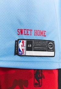 Nike Performance - NBA CITY EDITION CHICAGO BULLS LAURI MARKKANEN SWINGMAN - Artykuły klubowe - valor blue - 5