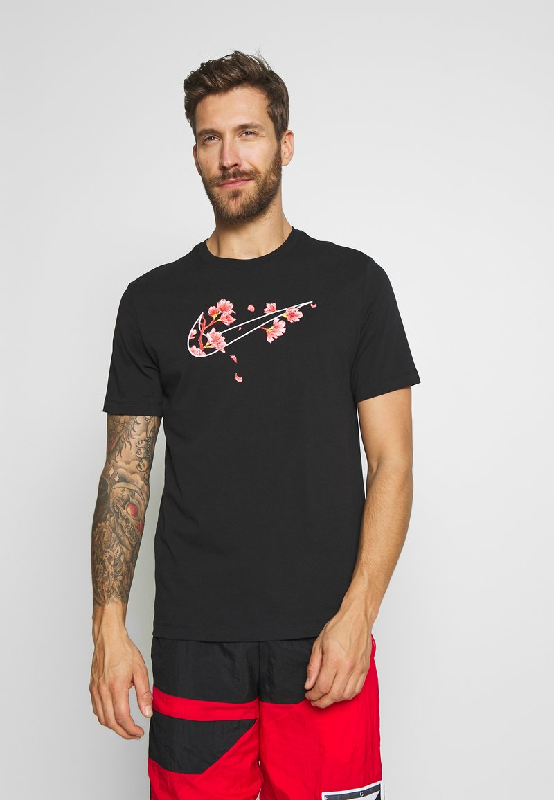 Nike Performance - CITY EXPLORATION EDITION DNA TEE ATLANTA  - Camiseta estampada - black