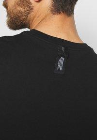 Nike Performance - CITY EXPLORATION EDITION DNA TEE ATLANTA  - Camiseta estampada - black - 5