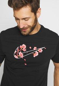 Nike Performance - CITY EXPLORATION EDITION DNA TEE ATLANTA  - Camiseta estampada - black - 3