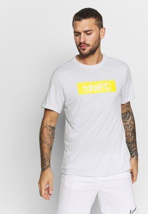 FC DRY TEE SEASONAL  - Camiseta estampada - pure platinum