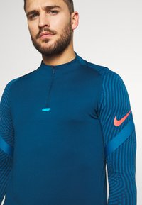 Nike Performance - DRY STRIKE DRILL - Tekninen urheilupaita - valerian blue/laser crimson - 4